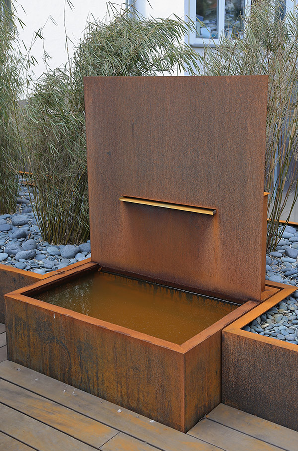 brunnenanlage aus corten stahl f r einen privatgarten. Black Bedroom Furniture Sets. Home Design Ideas