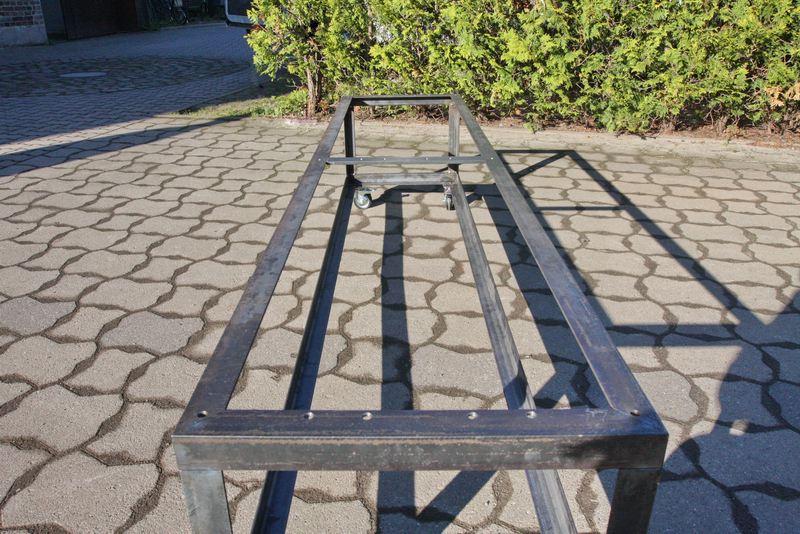 Rollbares Untergestell Aus Stahl Fur Eine Bank