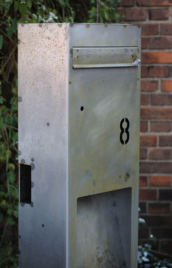 Eindrucksvoller Briefkasten Aus Stahl Mit Indirekter Beleuchtung