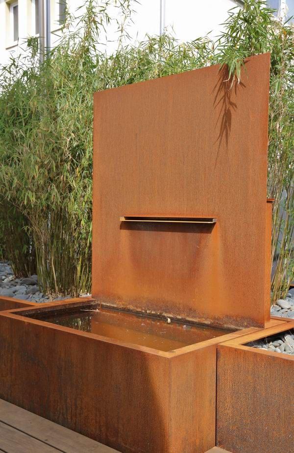 Brunnen Aus Rostigem Stahl