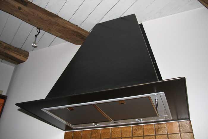 Stahlesse dunstabzugshaube aus schwarz verzundertem stahl