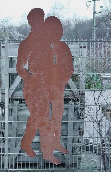 Gartenskulptur Aus Rostigem Stahlblech An Einem Stabmatten Zaun