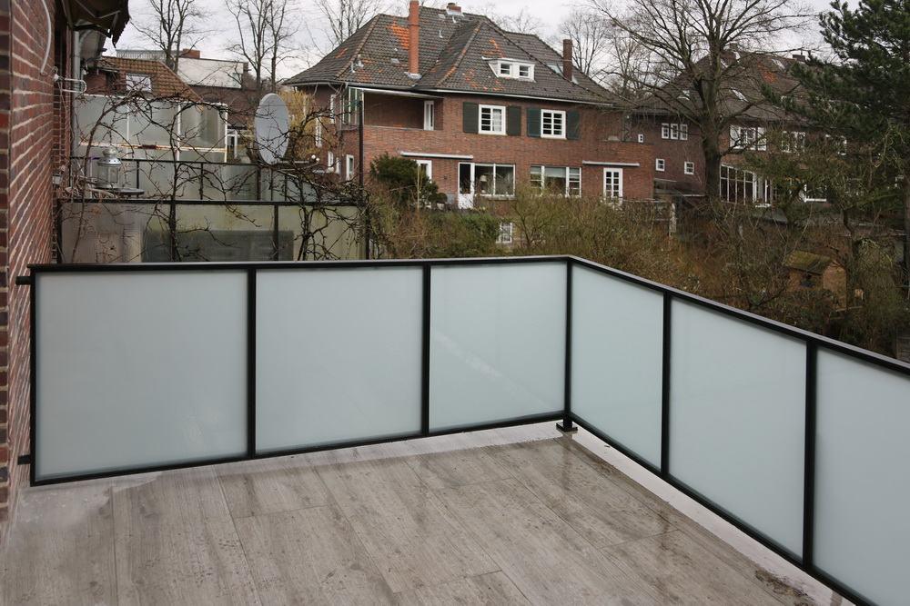 gel nder aus stahl und glas f r ein. Black Bedroom Furniture Sets. Home Design Ideas