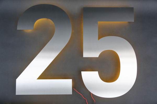 Eine 25 aus Edelstahl mit LED´s beleuchtet