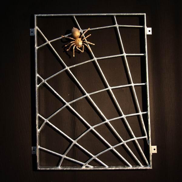 spinnennetz fenstergitter mit einer spinne aus bronze. Black Bedroom Furniture Sets. Home Design Ideas