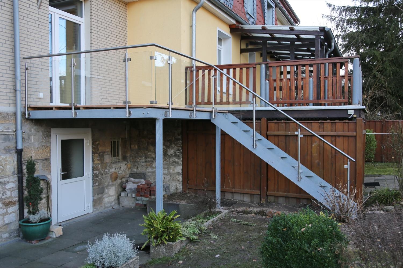 Stahlunterbau für eine Terrasse, Treppe und V20A Geländer