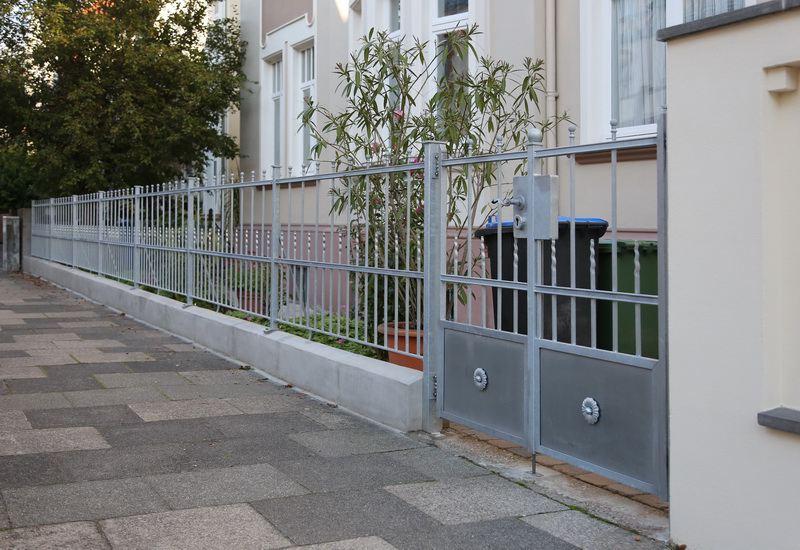 Zaun Und Tor Mit Geflammten Zierspitzen