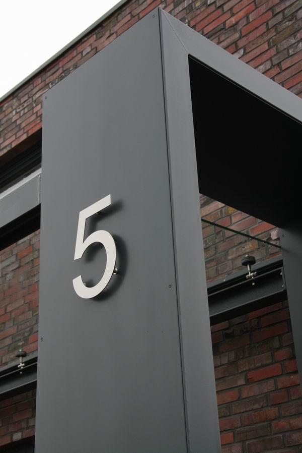 gelaserte hausnummer aus edelstahl an einem vordach aus stahl. Black Bedroom Furniture Sets. Home Design Ideas