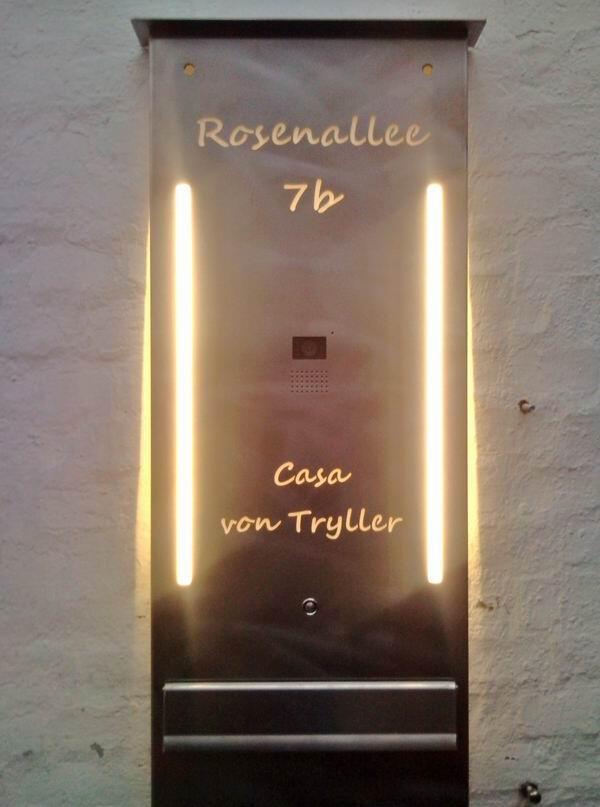 Casa von Tryller mit LED´s hinterleuchtetes Namensschild mit...