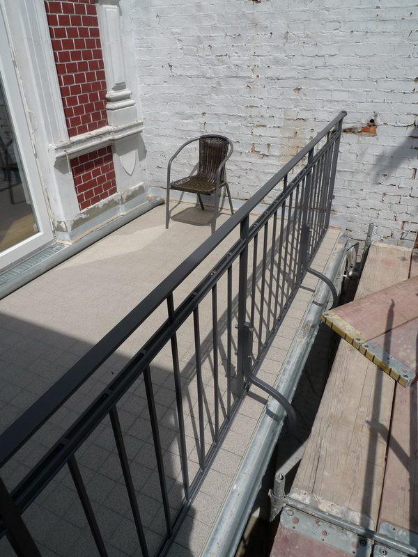 balkongel nder f r ein geb ude aus der gr nderzeit. Black Bedroom Furniture Sets. Home Design Ideas