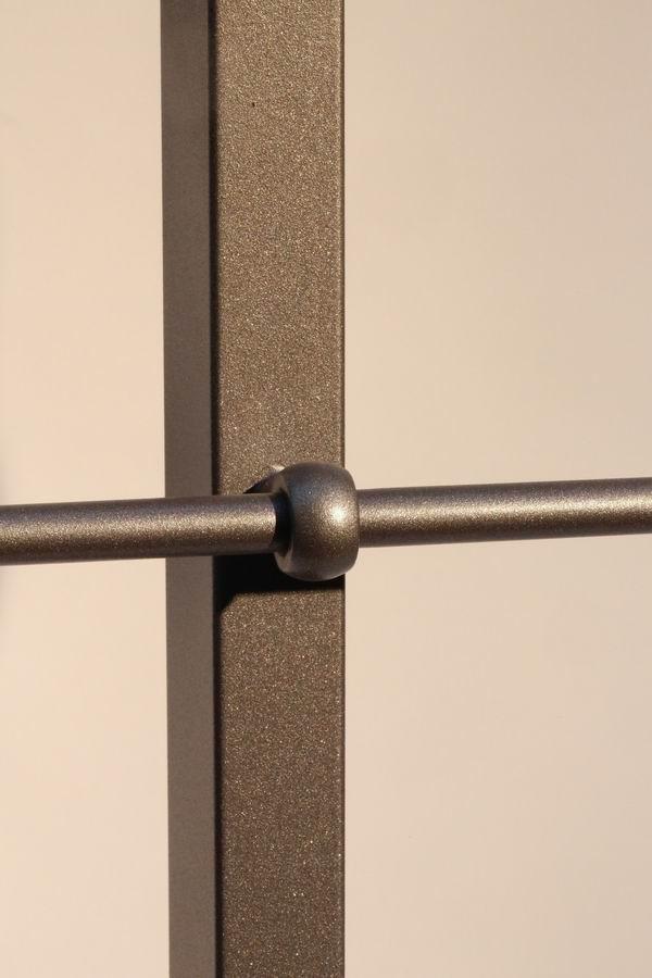 balkongel nder aus lackiertem edelstahl mit einem handlauf aus. Black Bedroom Furniture Sets. Home Design Ideas