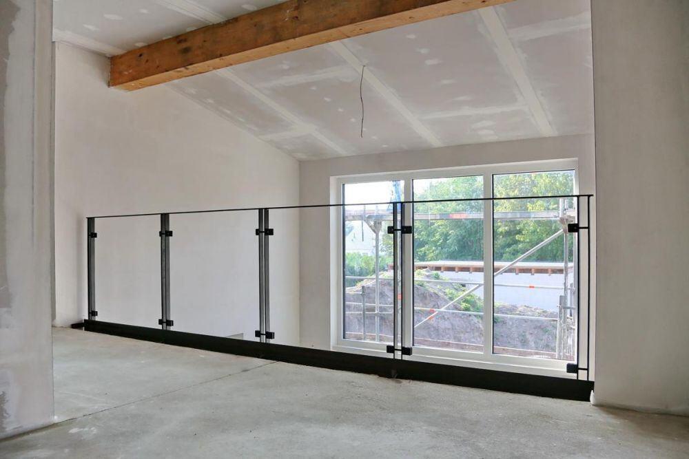 modernes br stungsgel nder aus verzundertem flachstahl. Black Bedroom Furniture Sets. Home Design Ideas