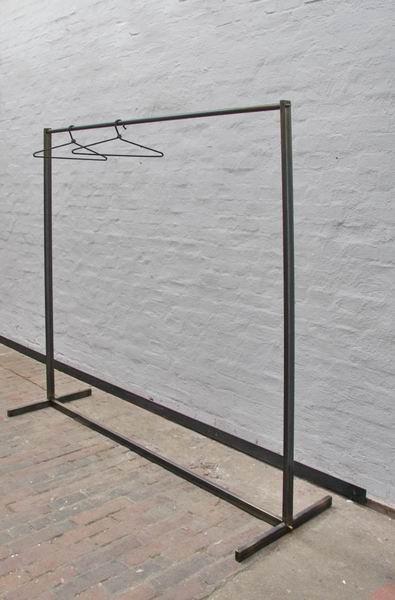 garderobe f r einen begehbaren kleiderschrank aus stahlrohr. Black Bedroom Furniture Sets. Home Design Ideas