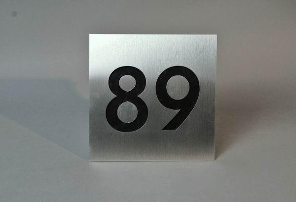 hausnummer 89 aus edelstahl mit schwarzem plexiglas hinterlegt. Black Bedroom Furniture Sets. Home Design Ideas