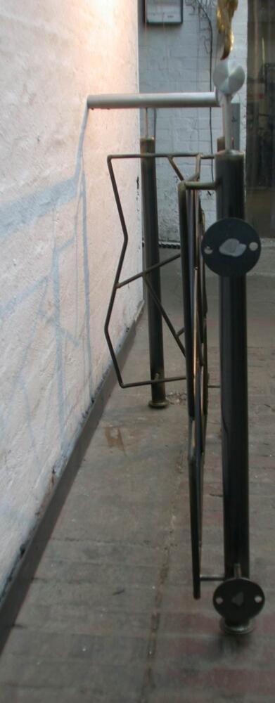 podest gel nder aus schwarz stahl mit schmitzstruktur. Black Bedroom Furniture Sets. Home Design Ideas