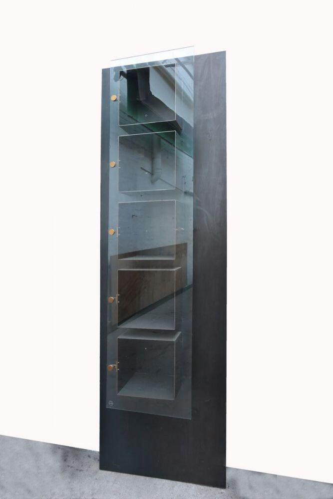 regal mit 5 k rpern und einer durchgehenden glast re. Black Bedroom Furniture Sets. Home Design Ideas