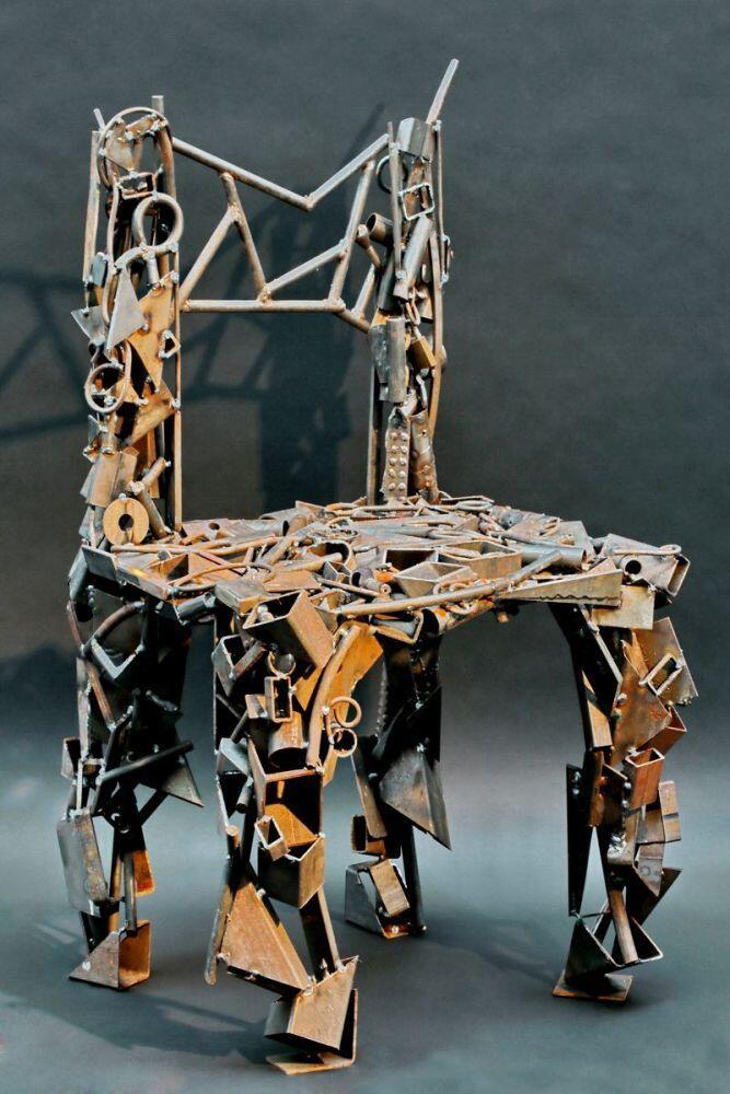 stuhlskulptur aus rostigem stahl schrott geschwei t. Black Bedroom Furniture Sets. Home Design Ideas