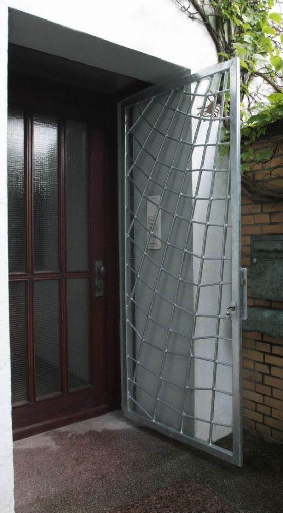 tor und gitter in form eines spinnennetzes. Black Bedroom Furniture Sets. Home Design Ideas