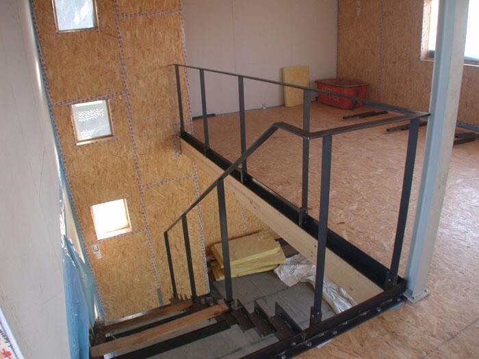 treppe und gel nder aus gelasertem stahl f r den neuen. Black Bedroom Furniture Sets. Home Design Ideas