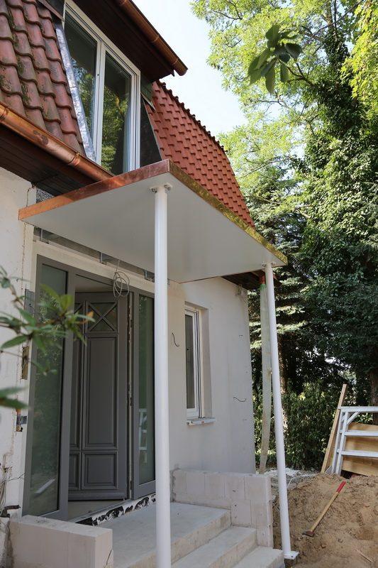 vordach aus lackiertem stahl mit einer kupfer attika. Black Bedroom Furniture Sets. Home Design Ideas