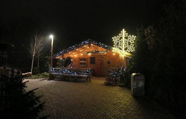 LED-Lichtschlauch mit Rundeisen als riesige Schneeflocke