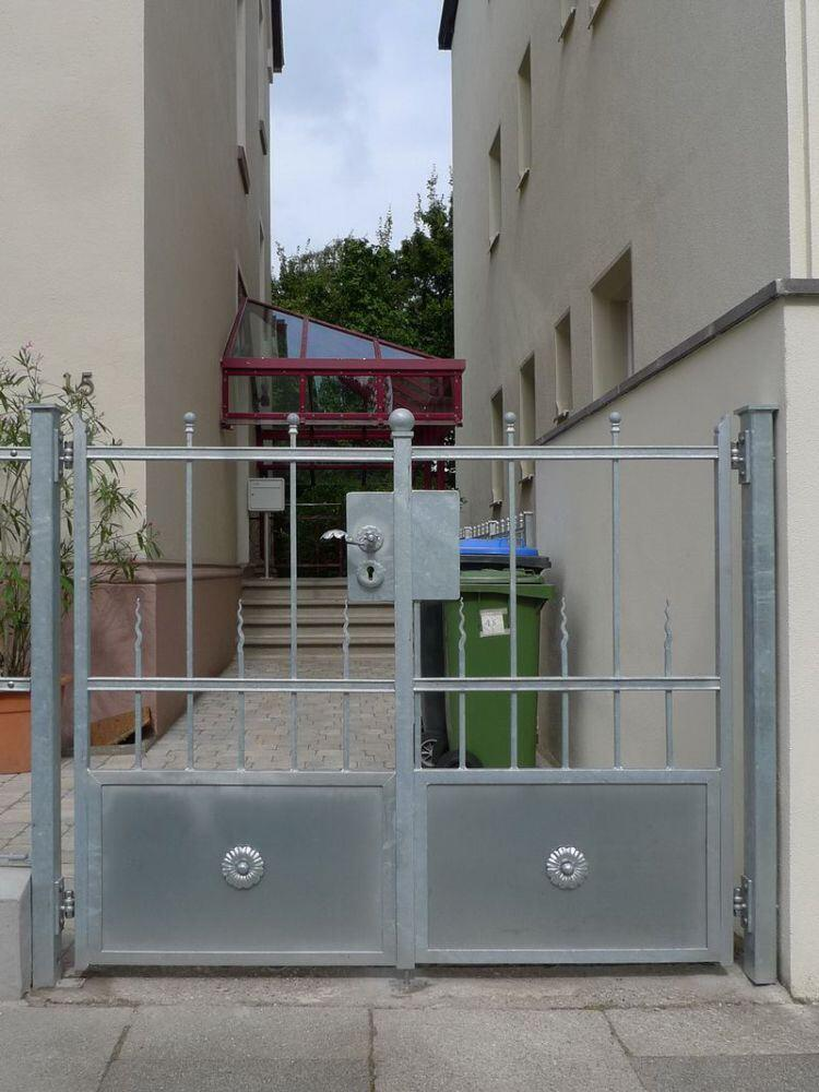 Tor mit Zaun für ein historisches Gebäude