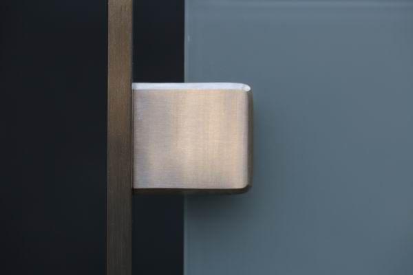 moderner franz sischer balkon aus edelstahl und sicherheitsglas. Black Bedroom Furniture Sets. Home Design Ideas