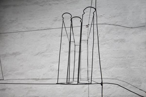 kleines skulpturales regal mit b chern aus 2 mm eisendraht. Black Bedroom Furniture Sets. Home Design Ideas