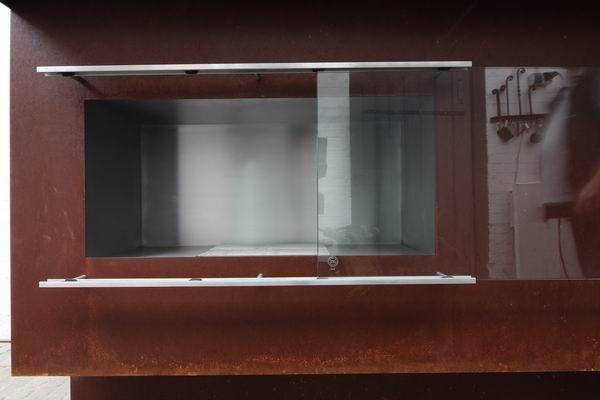theke aus rostigem stahl mit einem bio ethanol kamin und led. Black Bedroom Furniture Sets. Home Design Ideas