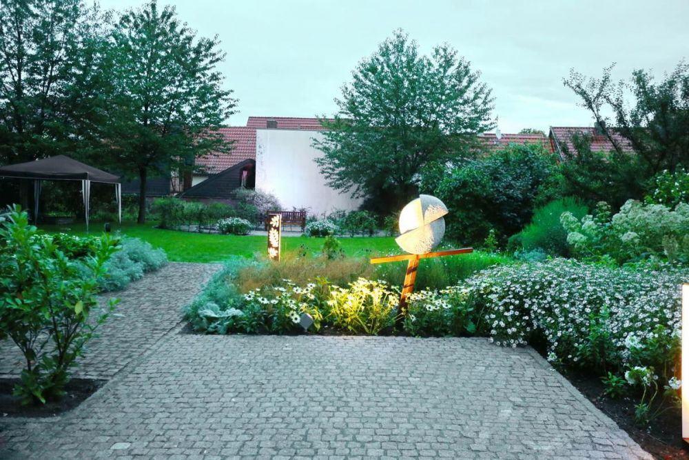 Weißer Garten kleine lichtskulpturen für den weißen garten in