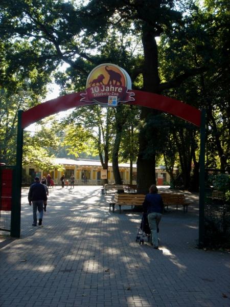 """""""10 Jahre Zoo"""" - Beschilderung über dem Eingang zum Zoo Hannover"""