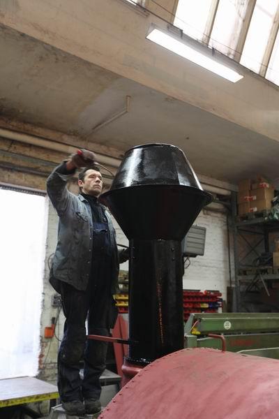 18.1.10 die Lok bekommt ihren schwarzen Anstrich und die Glocke gibt ihren persönlichen Klang dazu