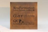 """Werbetafel """"NeuFormation"""" aus Tombak mit lackierter Gravur"""