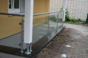 Treppengeländer aus feuerverzinktem Stahl und Glas