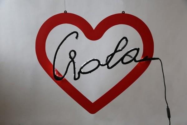 Herz aus lackiertem Blech mit hinterleuchteter Schrift