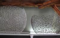 Zwei riesige Schalen Objekte aus Draht