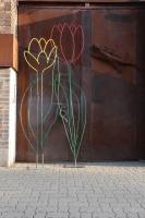 2 Blumen aus Rundstahl, 280 und 300 cm hoch