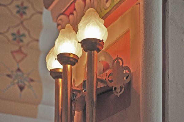 Dreiflammige Wandleuchte mit historischem Glasaufsatz