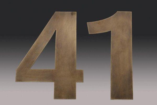 Aus Tombak gefertigte Hausnummer