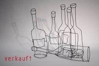 Stillleben - Fünf Weinflaschen und eine Liegende
