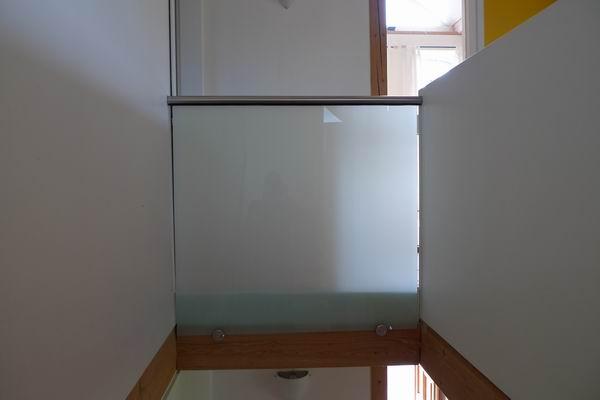 Absturzsicherung aus satiniertem Glas und Edelstahl