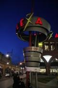 Kunst Stele Alexa mit leuchtendem Schriftzug in der Nacht
