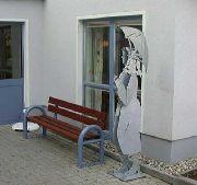 Bank mit Skulpturen für ein Altenheim in Algermissen