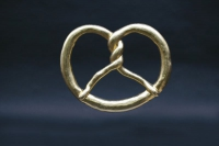 Brezel aus Aluminium Guss mit 24 ct Blattgold  vergoldet