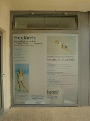 Schaufensterbeschriftung und Arztschild für eine Hautarztpraxis