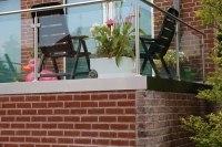 Balkongeländer aus Edelstahl, Sicherheitsglas und einer lackierten Balkonplatten Verkleidung