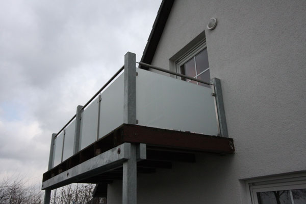 balkongel nder mit glasf llung aus satiniertem glas. Black Bedroom Furniture Sets. Home Design Ideas