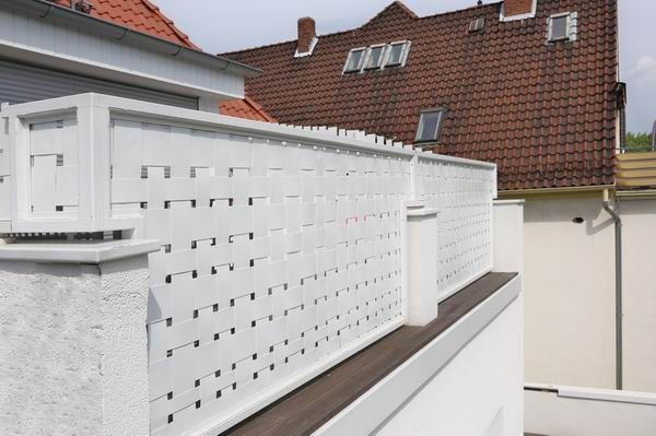 balkongel nder mit lackiertem metall geflecht aus aluminium. Black Bedroom Furniture Sets. Home Design Ideas