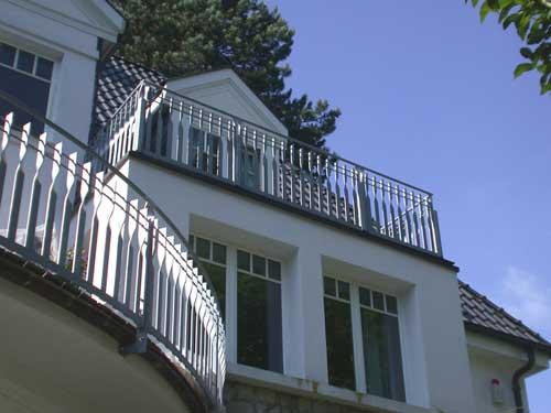 balkongel nder f r einen halbrunden balkon. Black Bedroom Furniture Sets. Home Design Ideas