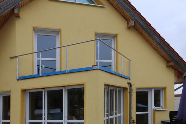 balkongel nder aus verzinktem stahl mit einem edelstahl. Black Bedroom Furniture Sets. Home Design Ideas